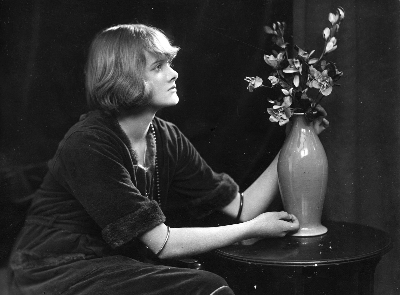 rebecca daphne du maurier essay The object of this essay is to discuss the following three books from the feminist perspective: rebecca by daphne du maurier, lucy by jamaica kincard and carrie by stephen king the novel rebecca by daphne du maurier belongs to two genres - romance and crime.