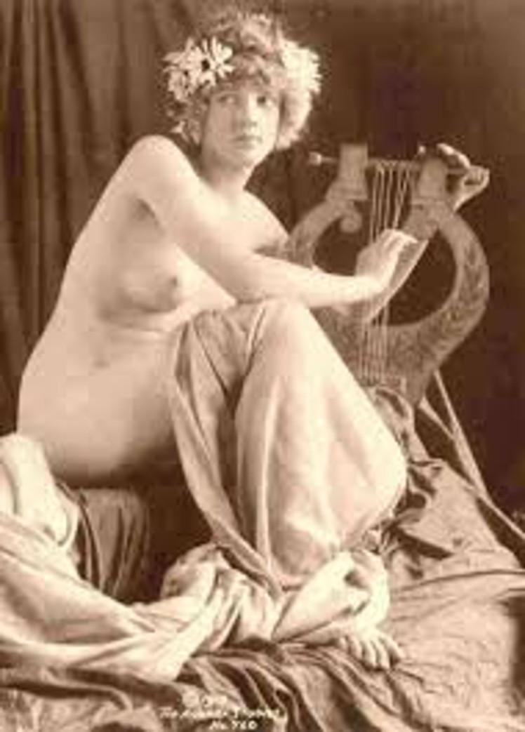 7 woman lyre